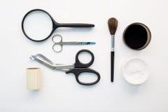 Opsporing van latent vingerafdrukhulpmiddel in misdaadscène  royalty-vrije stock afbeeldingen