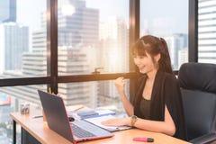 Opstarten van onderneming, vrouwenleider het nieuwe zelfverzekerde bedrijf royalty-vrije stock afbeelding