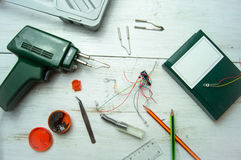 Opstelling van diverse hand en elektrische gereedschappen voor reparatie Royalty-vrije Stock Foto's