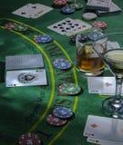 Opstelling voor het spelen van Blackjack bij het Casino Wisky en Martini-glazen op de lijst stock foto's