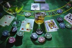 Opstelling voor het spelen van Blackjack bij het Casino Wisky en Martini-glazen op de lijst royalty-vrije stock afbeeldingen