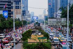 Opstopping op Sathorn Rd, in de avond na het werk, Bangkok, Thailand Stock Fotografie