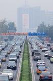 Opstopping in smog bedekte stad, Peking, China royalty-vrije stock fotografie