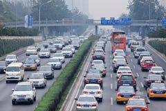 Opstopping in smog bedekte stad, Peking, China stock foto