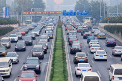 Opstopping in smog bedekte stad, Peking, China stock fotografie
