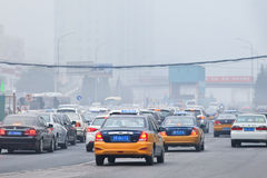 Opstopping in smog bedekte stad, Peking, China royalty-vrije stock foto