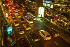 Opstopping in stadscentrum bij nacht Het verkeersprobleem die van Bangkok slechter worden Stock Fotografie