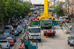 Opstoppingoorzaak door de bouw van BTS skytrain in Verbod stock fotografie