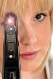 Optómetra bonito con el oftalmoscopio Fotografía de archivo