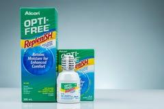 OPTI-FREE riempiono su fondo grigio Soluzione di disinfezione multiuso per l'idrogel e le lenti a contatto morbide del silicone m immagine stock