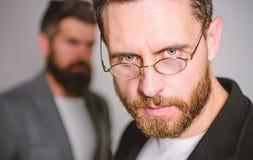 Optica en visieconcept Slimme blik Toebehoren voor slimme verschijning Het dragen van glazen kan werkelijk betekenen u slimmer be stock foto