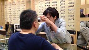 Optician женщины испытывая мужское зрение глаза акции видеоматериалы