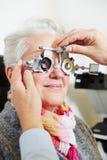 Optician регулируя пробную рамку для стоковое фото rf