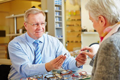Optician giving consultation Royalty Free Stock Photos