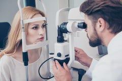 Opticien barbu châtain concentré avec non le tonometer de contact photo libre de droits