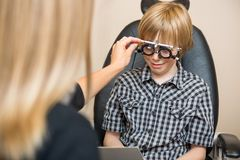 Opticien Determining Prescription Values avec image stock