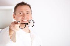 Opticien die glazen aanbiedt royalty-vrije stock afbeelding