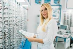 Opticien f?minin avec le catalogue en verre dans des mains photos stock