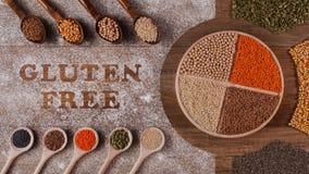 Opties van het gluten de vrije dieet - diverse zaden en korrels op roterende plaat, de animatie van de eindemotie stock videobeelden