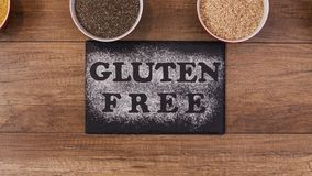 Opties van het gluten de vrije dieet - de diverse zaden, de korrels en producten glijden in kader stock footage