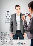 Am Optiker Lizenzfreie Stockfotografie