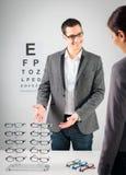 Am Optiker Lizenzfreie Stockfotos