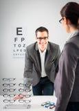Am Optiker Stockbild