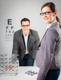 Am Optiker lizenzfreie stockbilder