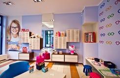 Optiker shoppar för barn royaltyfria foton