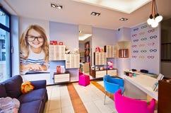 Optiker shoppar för ungar fotografering för bildbyråer