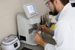 Optiker som reparerar och fixar ögonexponeringsglas Royaltyfria Foton