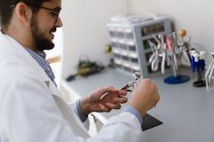 Optiker som reparerar och fixar ögonexponeringsglas Fotografering för Bildbyråer