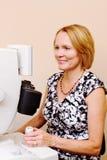 Optiker som utför ögonundersökning Royaltyfria Foton