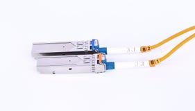 Optikfaser mit dem Verbindungsstück lokalisiert auf weißem Hintergrund Stockfoto