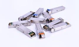 Optikfaser mit dem Verbindungsstück lokalisiert auf weißem Hintergrund Lizenzfreies Stockbild