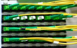 Optikfibes angeschlossen an Kreuz Stockbilder