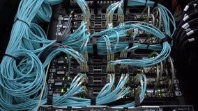 Optiksteckerschnittstelle der Faser Informationstechnologie-Computernetzwerk, Telekommunikations-Faser-Lichtleiterkabel angeschlo stock video footage