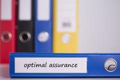 Optimal försäkring på blå affärslimbindning Royaltyfri Bild