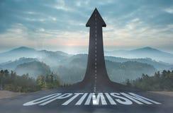 Optimismus gegen die Straße, die zu Pfeil macht Stockbilder