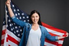 Optimistische überzeugte Frau, die sehr patriotisch ist lizenzfreie stockbilder