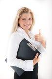 Optimistische Bürofrau mit Faltblatt Lizenzfreie Stockbilder