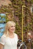 Optimistische blonde erwachsene Frau, die Abstand untersucht Lizenzfreie Stockfotografie