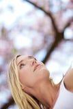 Optimistische Frau im Frühjahr Stockbilder