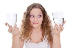 Optimistische jonge die vrouw - vrouw op witte achtergrond wordt geïsoleerd Royalty-vrije Stock Fotografie