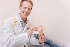 Optimistische prominente reumatoloog die zijn werk doen Stock Afbeelding