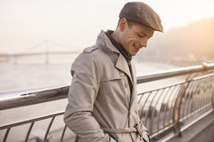 Optimistischer junger Mann steht draußen still stockfotos