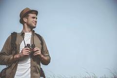 Optimistischer junger Mann verbringt Zeit draußen lizenzfreie stockbilder
