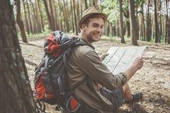 Optimistischer junger Reisender steht im Wald still lizenzfreie stockfotos