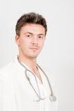 Optimistischer männlicher Doktor mit Stethoskop Lizenzfreie Stockfotografie
