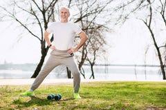 Optimistischer reifer Mann, der für Training sich vorbereitet stockbilder